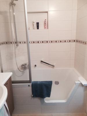 Sie haben kein Platz für eine Dusche ? Dann lassen Sie sich doch einfach  eine Badewanne mit Tür einbauen . Bequemes aus und einsteigen und Bade und Duschvergnügen in einem genießen . Lassen Sie sich einfach beraten .